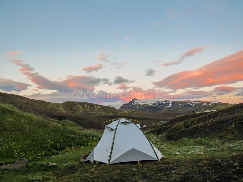 Botnar-Ermstur campingplats och solnedgång ovanför det vulkaniska landskapet, Laugavegur slinga från Thorsmork till Landmannalaug arkivfoto