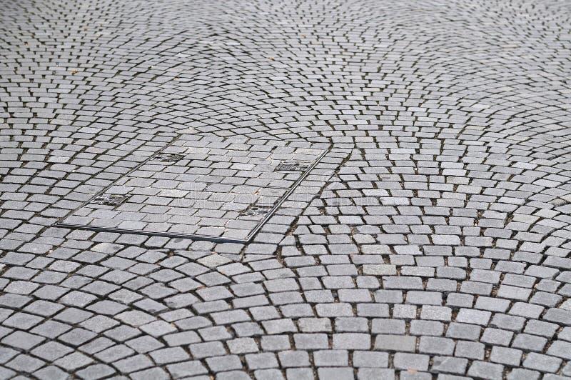 Botola rettangolare in pavimentazione della pietra del pavè immagine stock libera da diritti