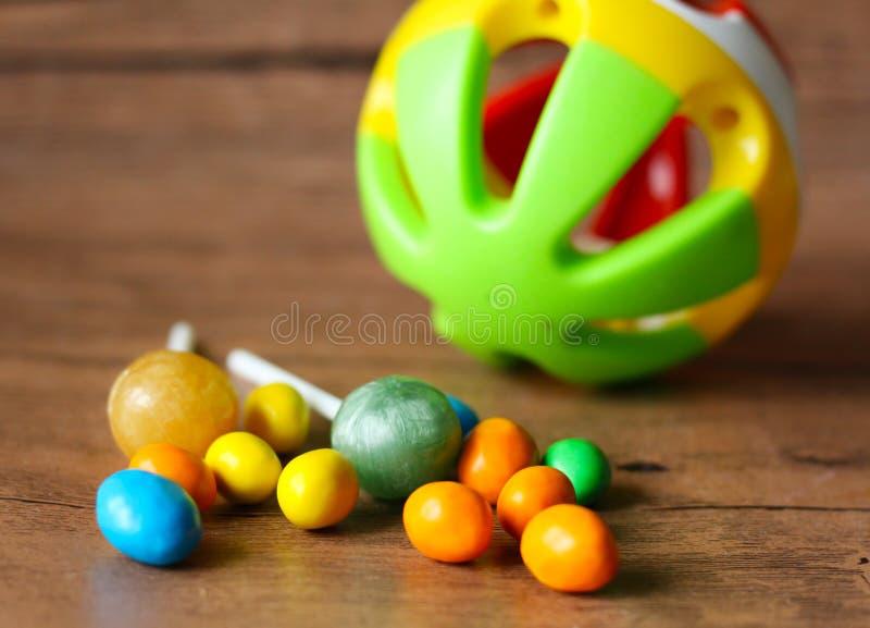 Botones coloridos del chocolate y bola plástica imagen de archivo libre de regalías