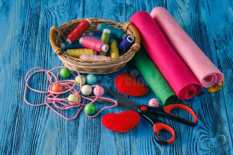 Botones coloridos, tijeras viejas, hilo del color en de madera texturizado fotos de archivo libres de regalías