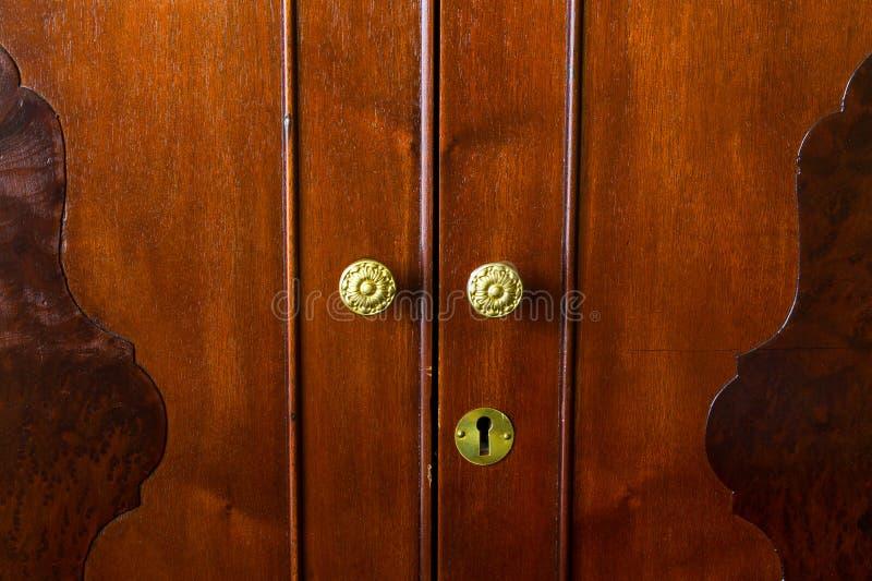 Botones de cobre amarillo en los muebles antiguos fotos de archivo