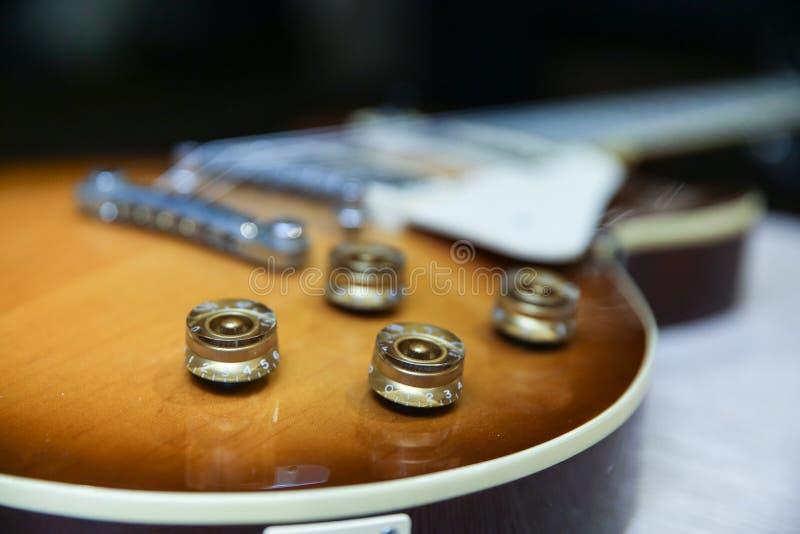 botones de control del volumen y de tono de la guitarra ecl?ctica imagenes de archivo