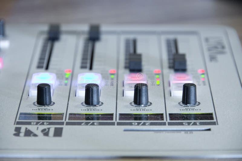 Botones de control en mezclador de la música imagen de archivo libre de regalías