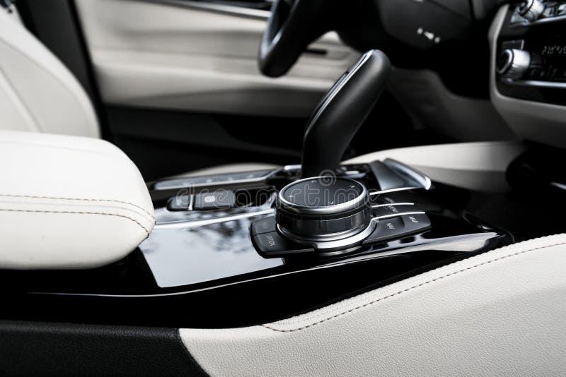 Botones de control de medios y navegación de un coche moderno Detalles del interior del coche Decoración de cuero blanco con cost fotos de archivo