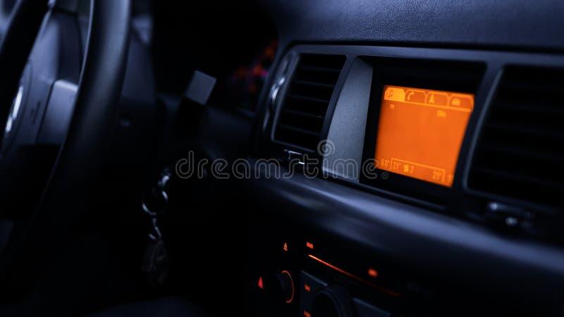 Botones de la radio, tablero de instrumentos, control del clima en cierre del coche para arriba fotografía de archivo