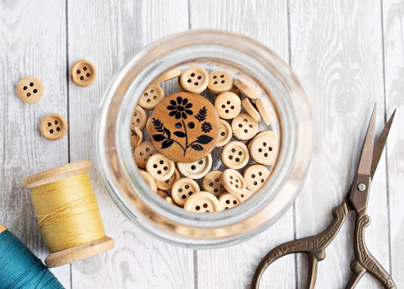 Botones de madera en el tarro imagen de archivo libre de regalías