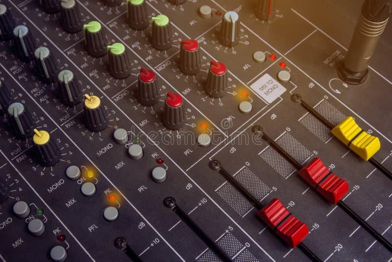 Botones de mezcla audios de la consola Mezclador audio rojo del sistema de control de la diapositiva foto de archivo libre de regalías