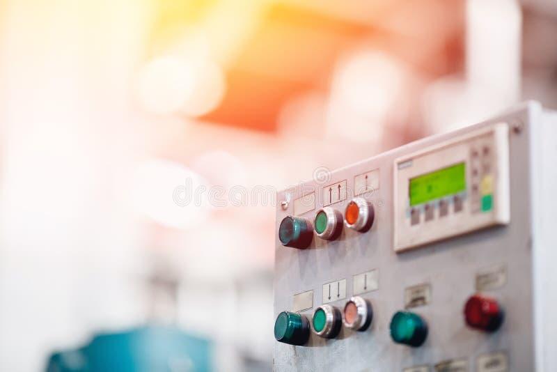 Botones del control en la producción industrial, fondo borroso Concepto de la metalurgia de la industria pesada foto de archivo