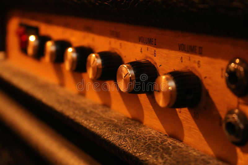 Botones en un amplificador de la guitarra imagenes de archivo