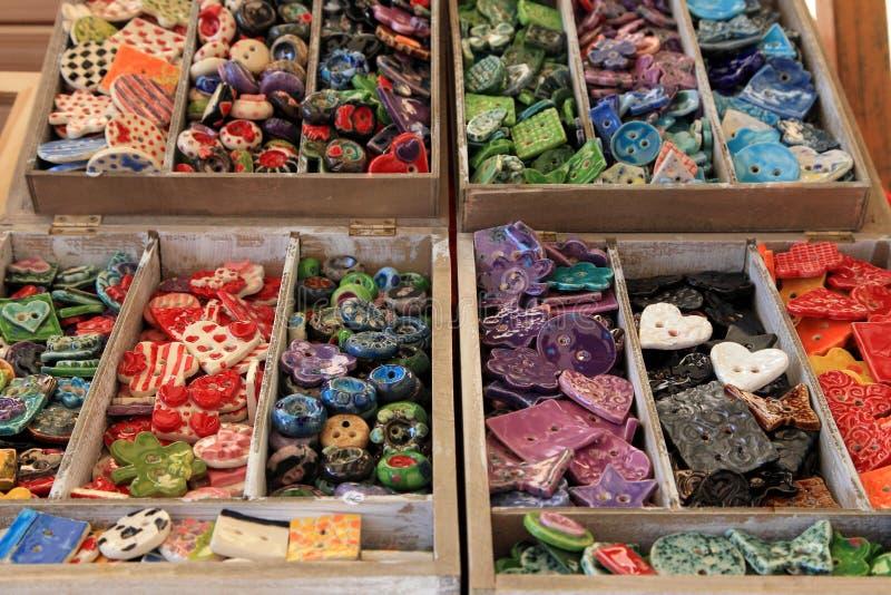 Botones hechos a mano multicolores en cajas de madera en contador fotografía de archivo libre de regalías
