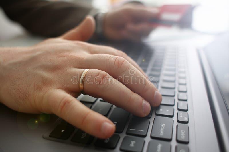 Botones masculinos de la tarjeta de cr?dito del control de los brazos que hacen transferencia imagenes de archivo