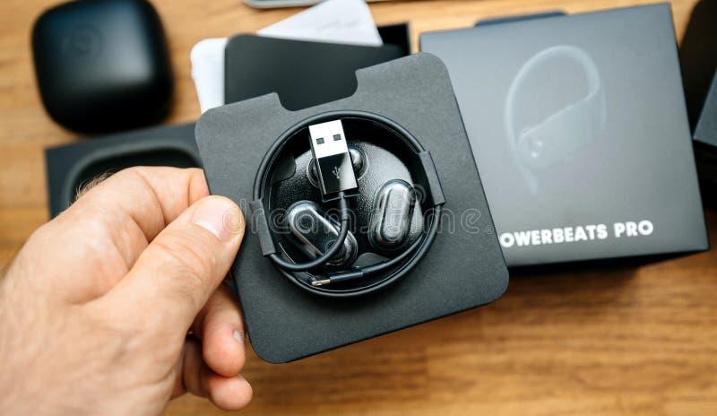 Botones para el oído con cuatro opciones del tamaño, relámpago al cable de carga de USB-A fotografía de archivo libre de regalías