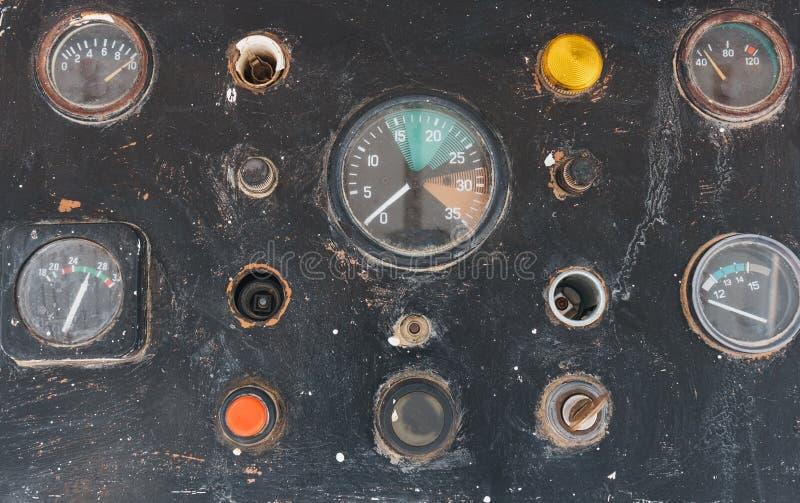 Botones y sensores en el tablero de instrumentos viejo del control en un yate fotos de archivo