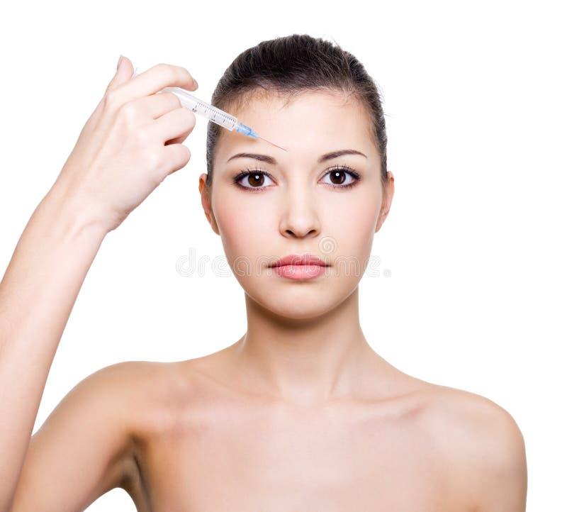 Botox Einspritzung in der Stirn lizenzfreies stockbild