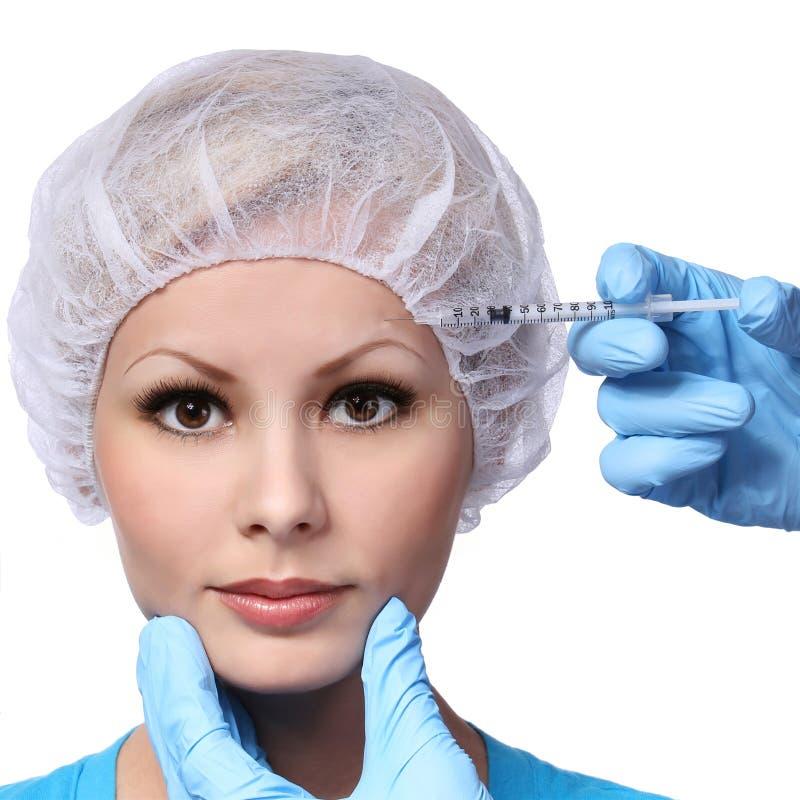 Botox injektion i den härliga kvinnliga framsidan som isoleras på vit. Krönzon. fotografering för bildbyråer