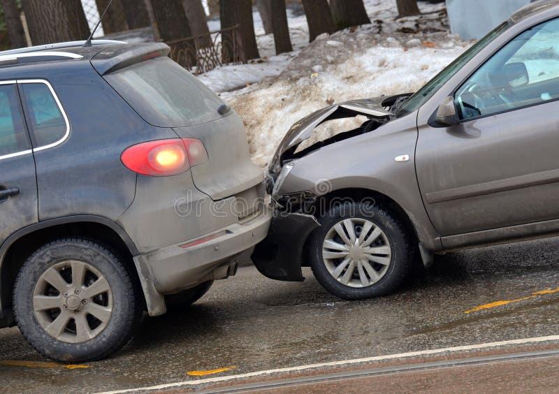 Botsing van twee auto's op weg in de winter stock afbeeldingen