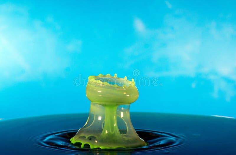 Botsing van twee dalingen op een oppervlakte van water stock afbeeldingen