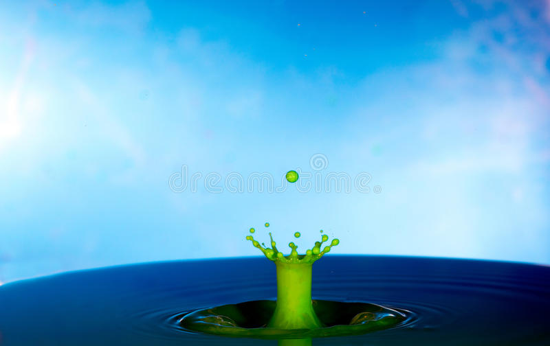 Botsing van twee dalingen op een oppervlakte van water royalty-vrije stock afbeeldingen