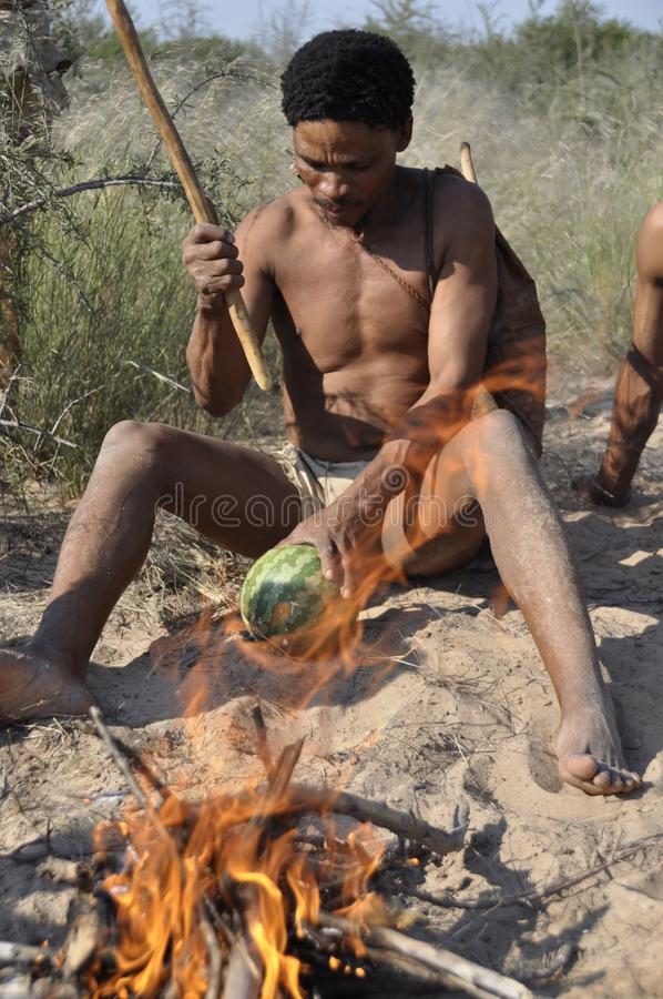 Botswana: Młodzi buszmeny blisko Ghanzi robi krzakowi podpalać zdjęcia stock