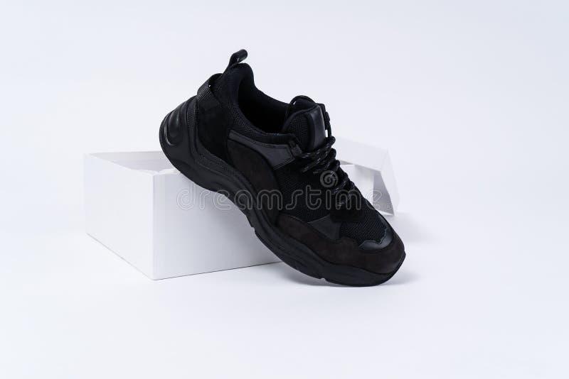 Botte à la mode noire sur le shoebox blanc ouvert photos stock