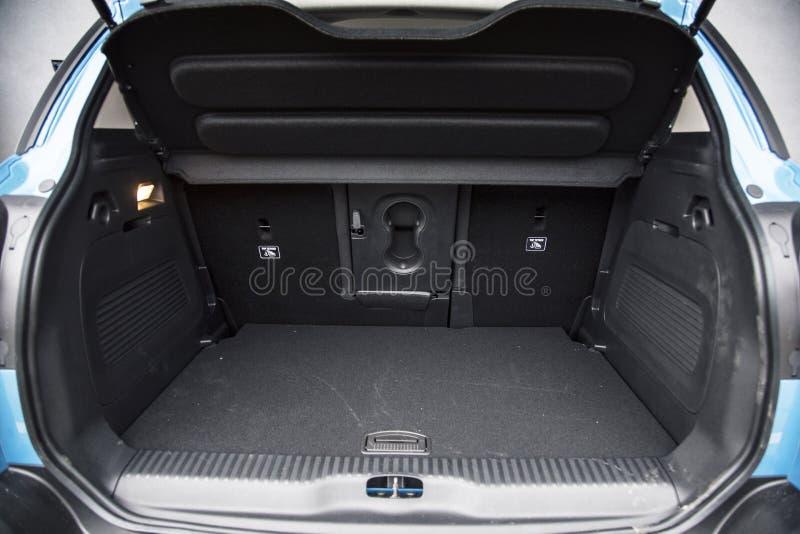 Botte vide de voiture avec l'espace de bagage disponible photographie stock
