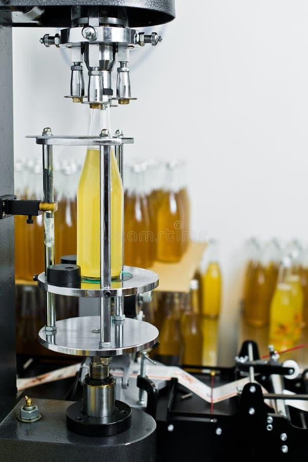Bottelende fabriek - Bier bottellijn voor verwerking en bottelend bier in flessen royalty-vrije stock fotografie