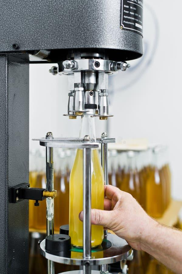 Bottelende fabriek - Bier bottellijn voor verwerking en bottelend bier in flessen royalty-vrije stock afbeelding