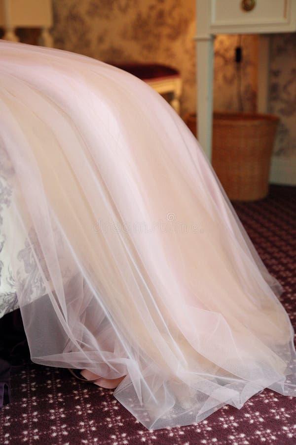 Botten av bröllopsklänningen i rummet royaltyfri foto