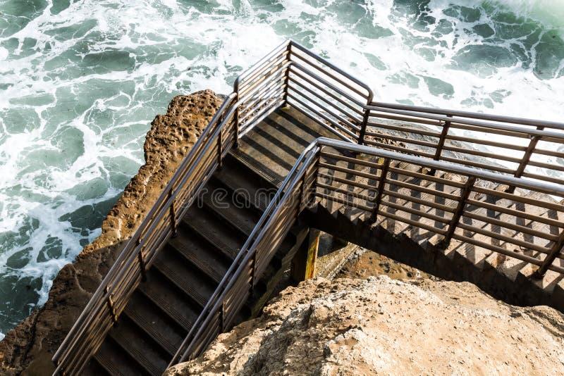 Botten av strandtillträdestrappuppgången, solnedgångklippor, San Diego royaltyfri bild