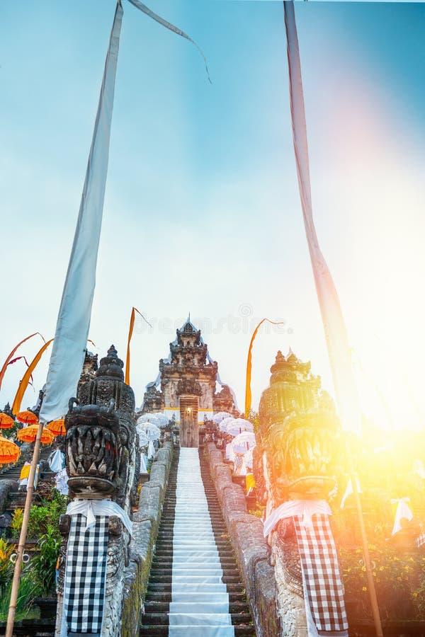 Botten-uppsikt av Balinesetemplet som dekoreras för ferien Galungan vit trappa bali indonesia solljus arkivfoton