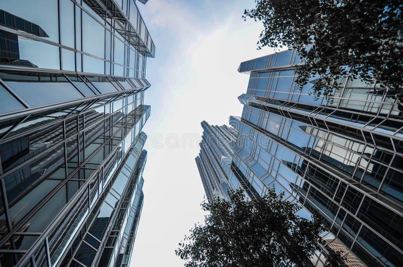 Botten-uppsikt av högväxta moderna lyxiga kontorsbyggnader i den Canar hamnplatsen, London arkivfoton