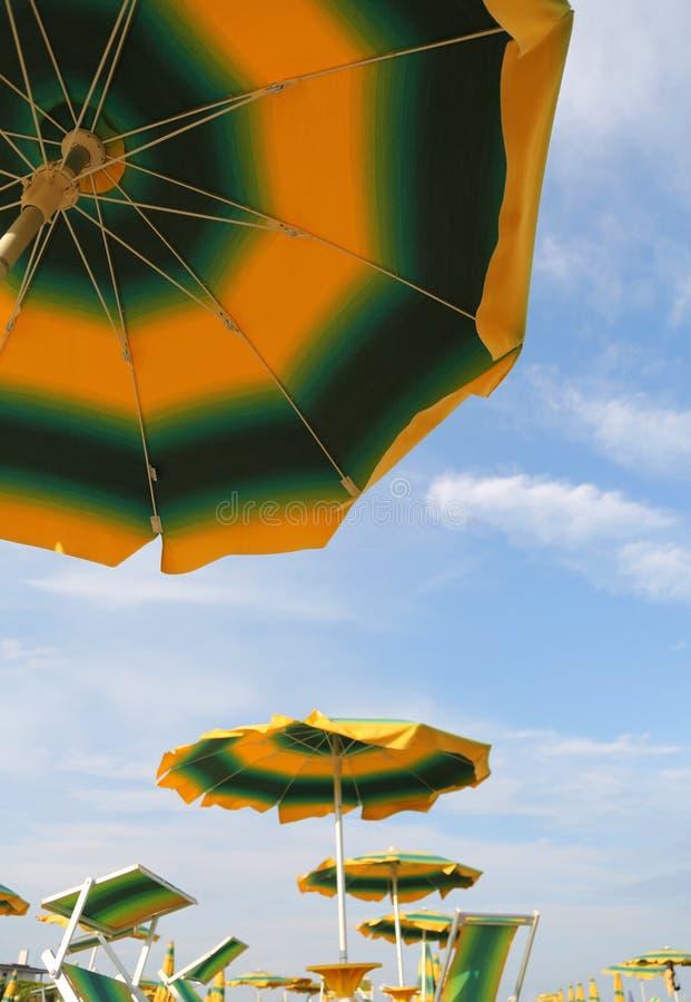 bottensikt av en stor gul och grön slags solskydd arkivbild