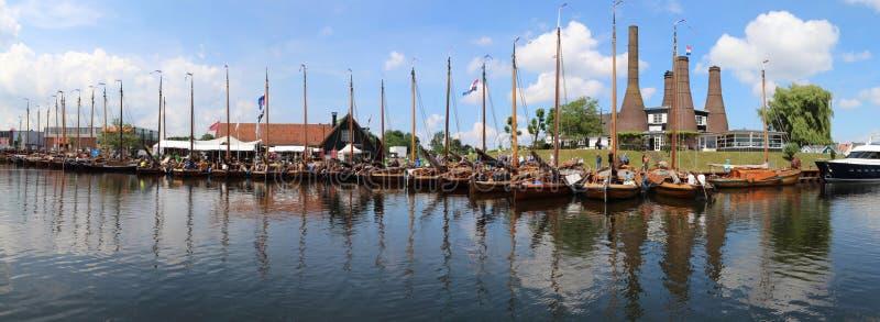 Botters históricos en una formación en el puerto de Huizen imágenes de archivo libres de regalías