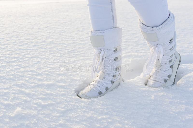 Bottes blanches d'hiver sur le fond profond de neige image libre de droits