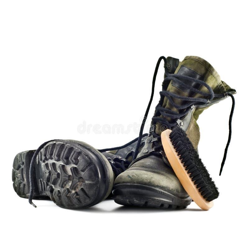 Bottes d'armée et brosse de chaussure images stock