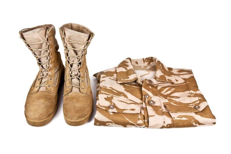 Bottes d'armée et chemise de combat d'isolement sur le fond blanc photographie stock