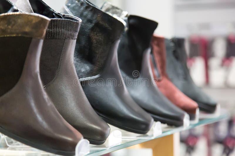 Bottes d'hiver du ` s d'hommes Bottes d'hiver du ` s d'hommes dans le magasin d'habillement avec le foyer sélectif photo stock