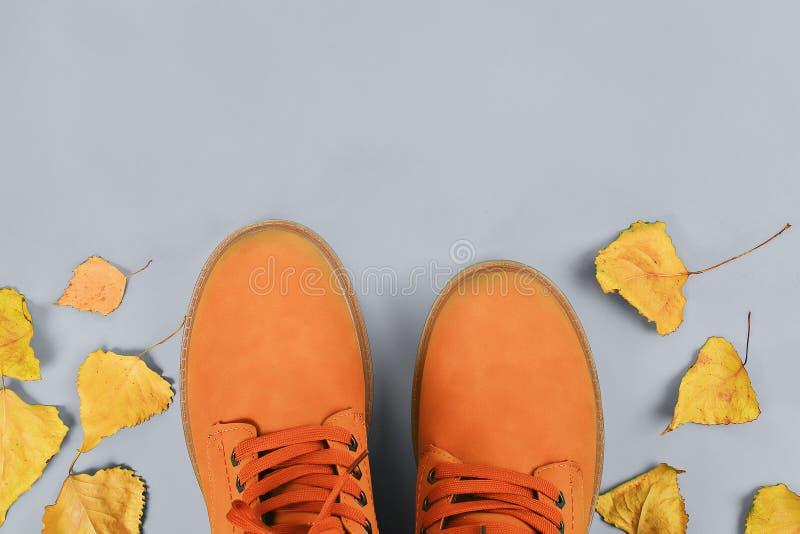 Bottes de l'automne des hommes bruns oranges sur le fond en pastel gris Vue sup?rieure, l'espace de copie photos libres de droits