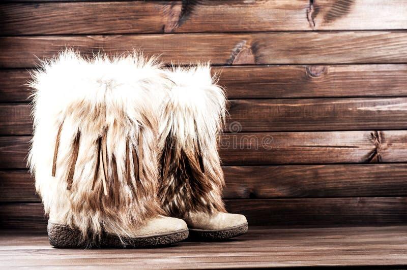 Bottes de l'hiver des belles femmes avec la fourrure photos stock