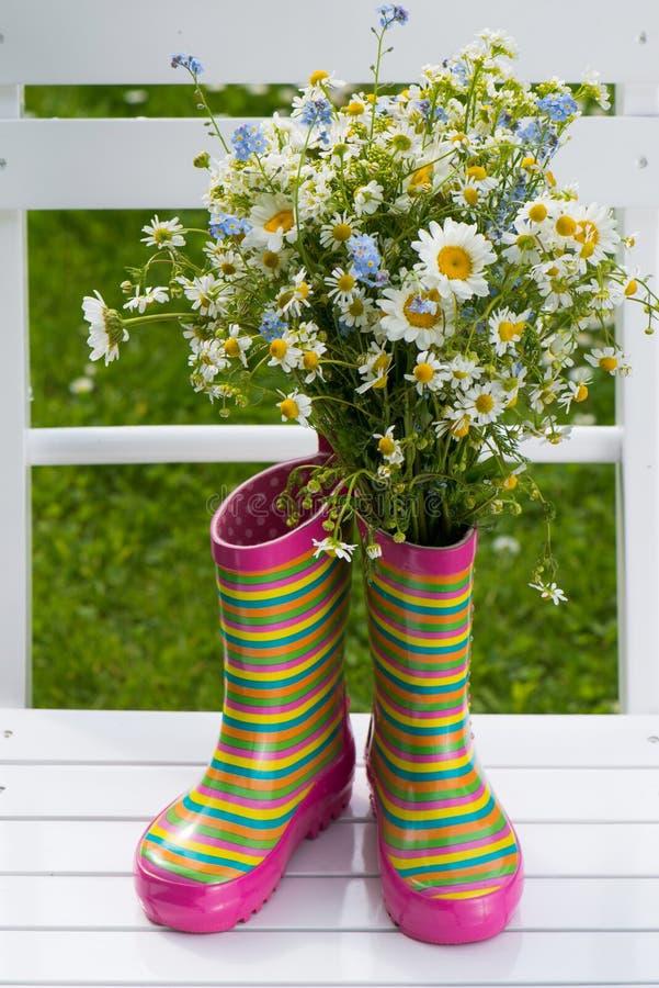 Bottes en caoutchouc avec des fleurs image libre de droits