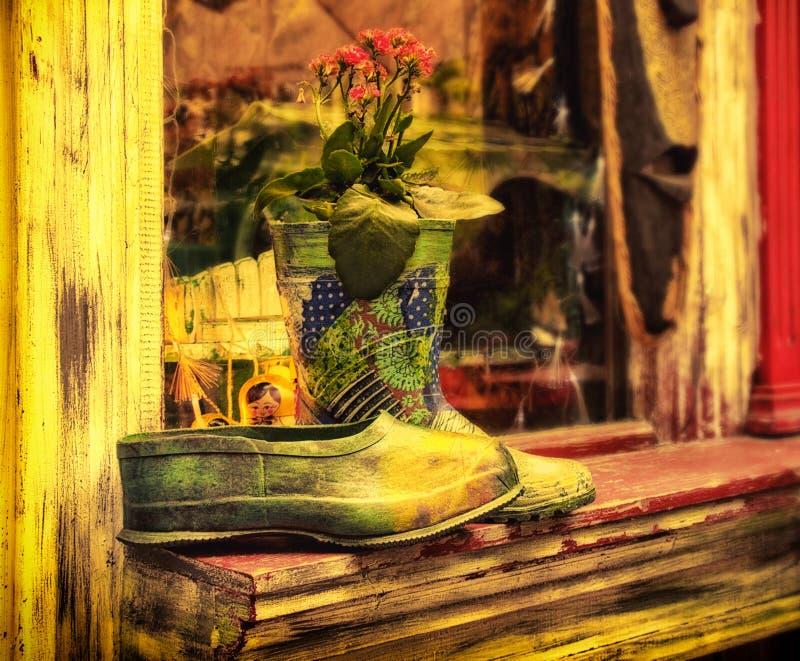 Bottes en caoutchouc peintes et couvre-chaussure faits dans le vintage lumineux photo libre de droits