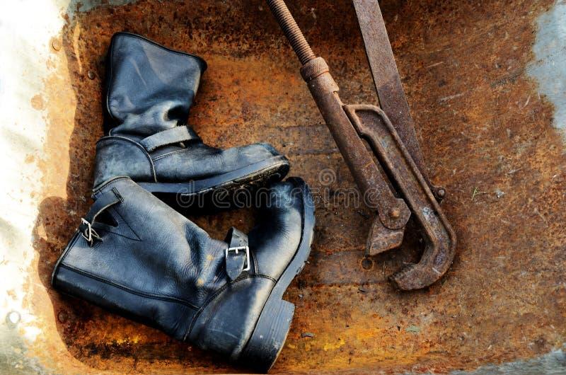 Bottes en cuir de vieux vintage et clé rouillée photos libres de droits