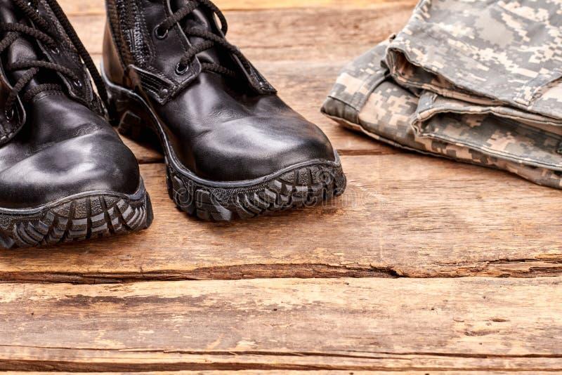 Bottes noires hautes étroites de soldat d'extrémité image libre de droits