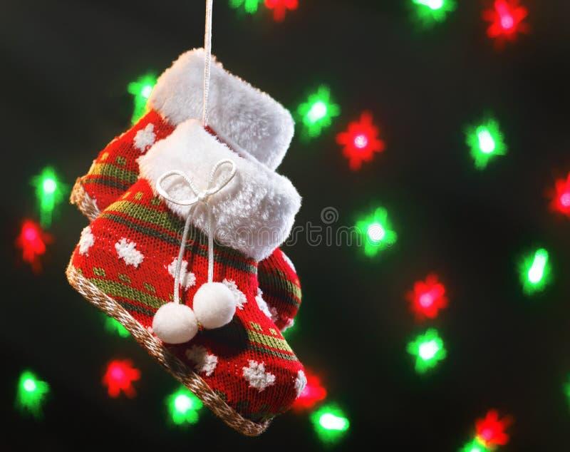 Bottes vides de Noël sur le fond foncé avec les lumières brouillées photographie stock libre de droits