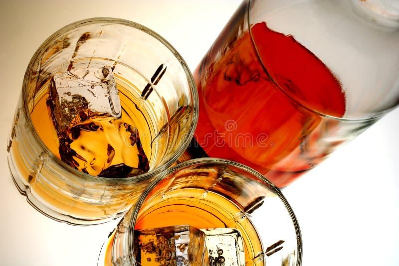 Bottiglia & vetri di whisky fotografie stock