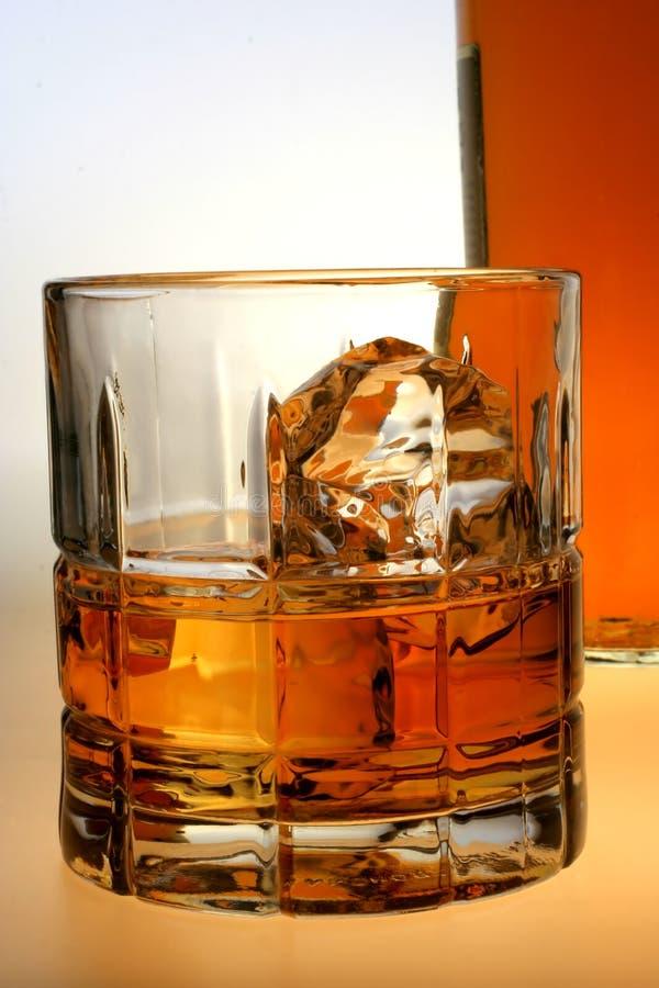 Bottiglia & vetro di whisky fotografie stock libere da diritti