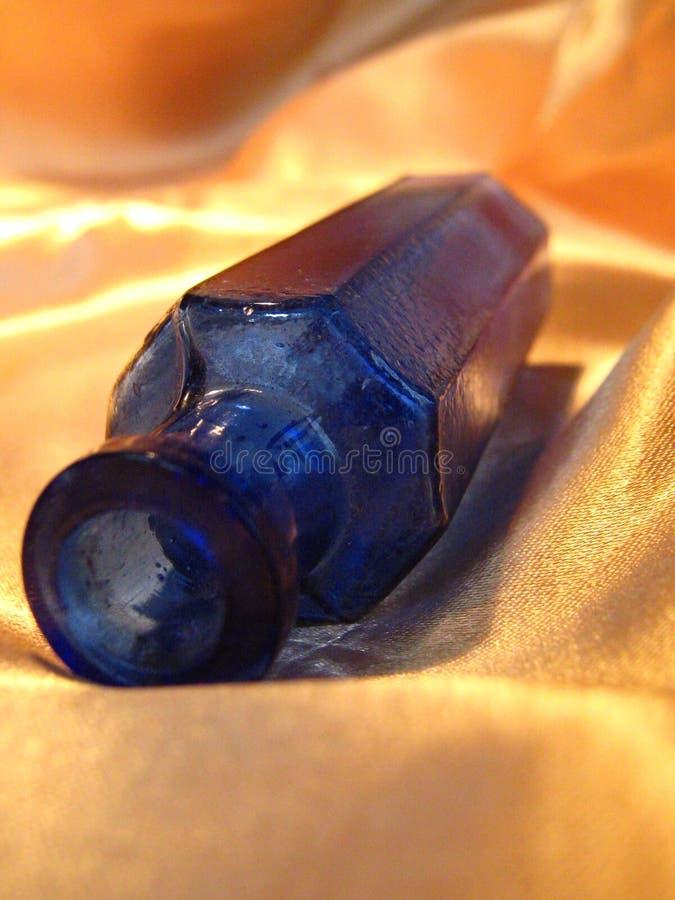 Bottiglia antica blu fotografia stock libera da diritti