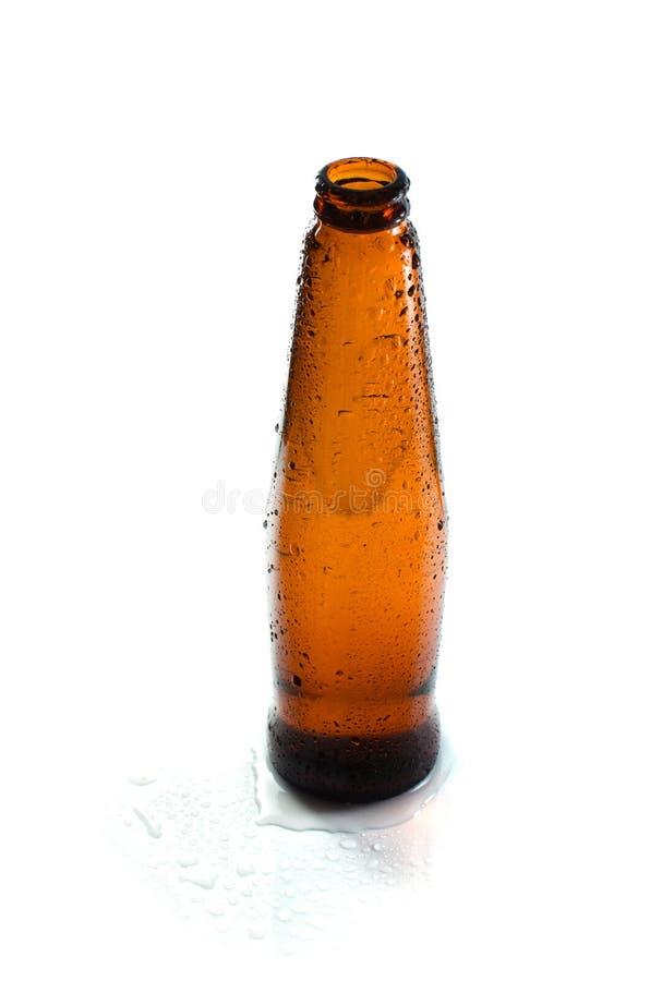 Bottiglia bagnata su fondo bianco immagini stock libere da diritti