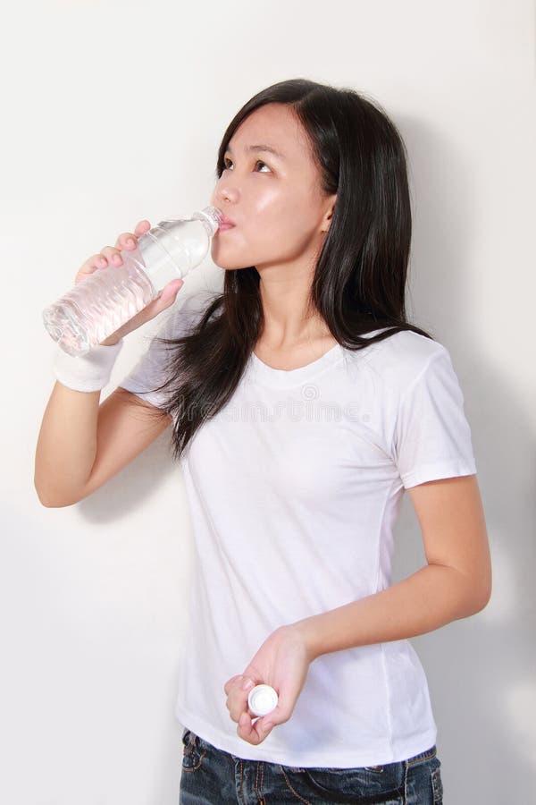 Bottiglia bevente di signora di acqua fotografia stock