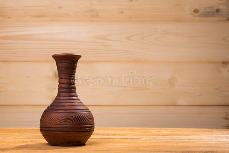 Bottiglia ceramica su fondo di legno immagini stock libere da diritti